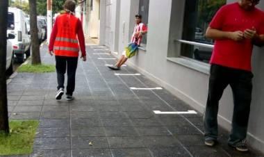 El Municipio demarca las veredas de bancos para mantener la distancia