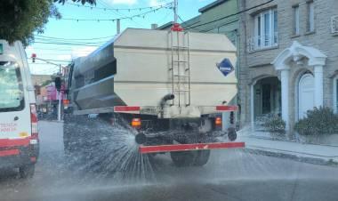El Municipio desinfectó con regadores la vía pública