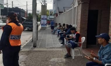El Municipio aprovechó la cola de los bancos y vacunó a mas de 250 adultos mayores