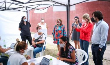 Marisa Fassi y Nicolás Kreplak visitaron el vacunatorio ubicado en la Escuela Técnica