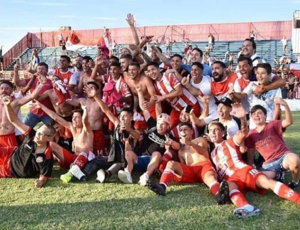 Rojo de pasión Cañuelas gritó Campeón