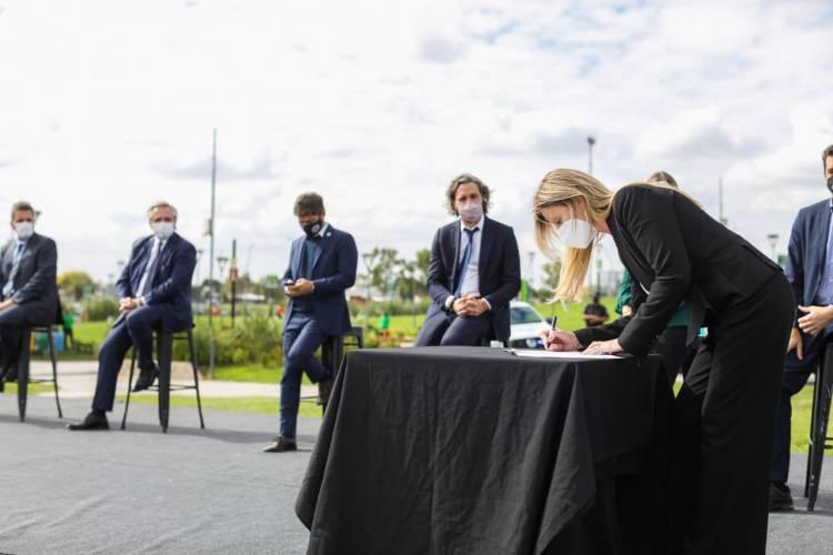 """Marisa Fassi firmó la adhesión al programa """"Paradas Seguras"""" en un emotivo acto"""